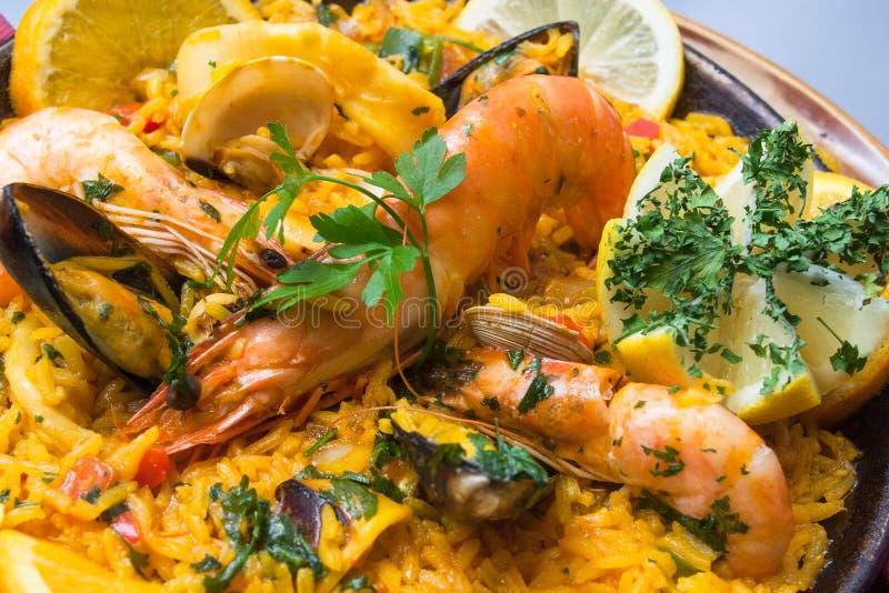 Paella mit Garnelen und Gemüse lizenzfreie stockfotografie