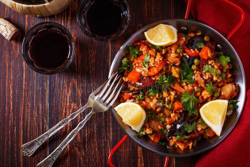 Paella mit Huhn, Chorizo, Meeresfrüchten, Gemüse und Safran stockbild