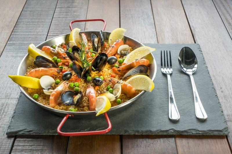 Paella mit Meeresfrüchtegemüse und -safran diente in der traditionellen Wanne stockbilder