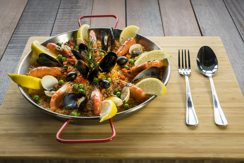 Paella mit Meeresfrüchtegemüse und -safran diente in der traditionellen Wanne stockfotografie