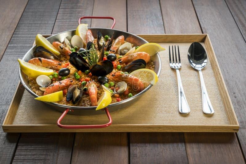 Paella mit Meeresfrüchtegemüse und -safran diente in der traditionellen Wanne lizenzfreie stockfotos