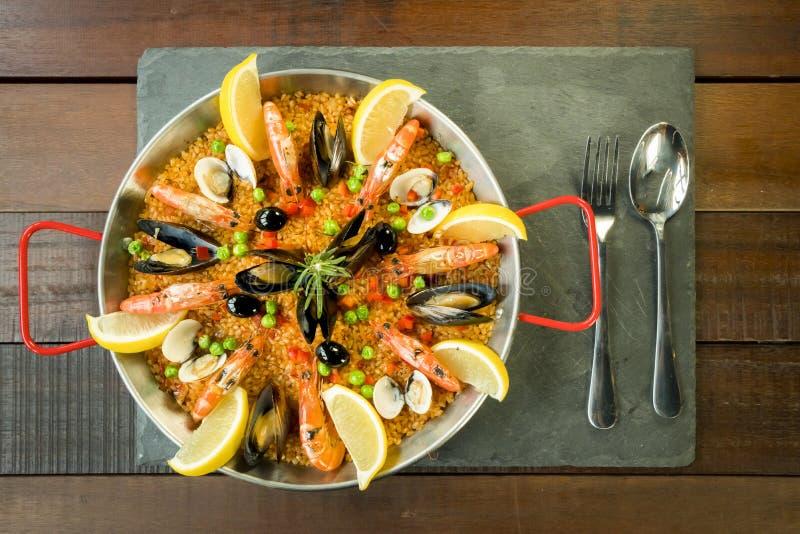 Paella mit Meeresfrüchtegemüse und -safran diente in der traditionellen Wanne lizenzfreie stockfotografie