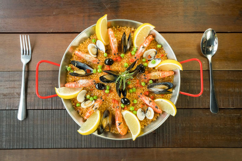 Paella mit Meeresfrüchtegemüse und -safran diente in der traditionellen Wanne stockfoto