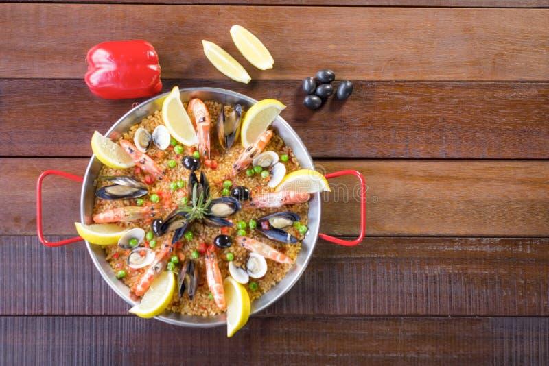 Paella mit Meeresfrüchtegemüse und -safran diente in der traditionellen Wanne lizenzfreies stockbild