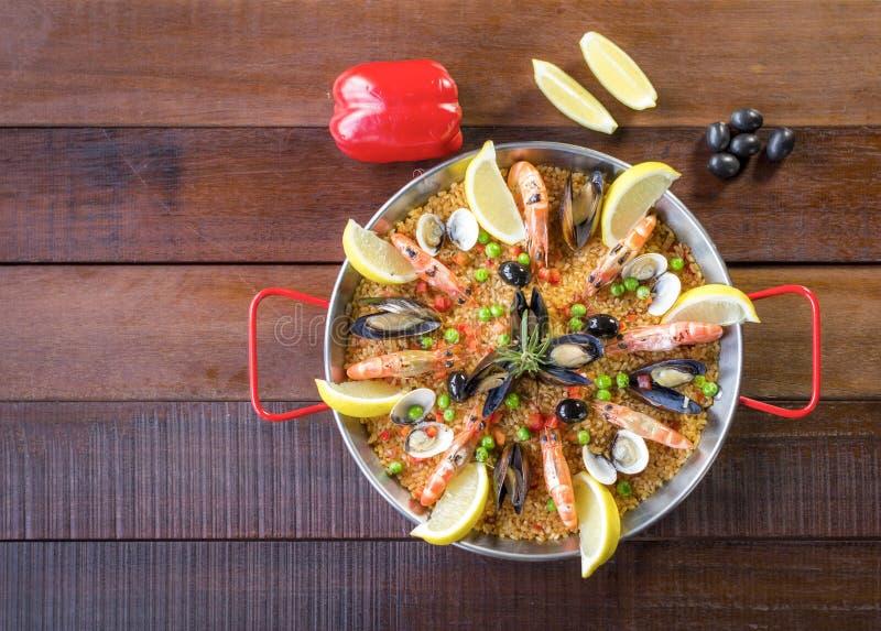 Paella mit Meeresfrüchtegemüse und -safran diente in der traditionellen Wanne lizenzfreie stockbilder
