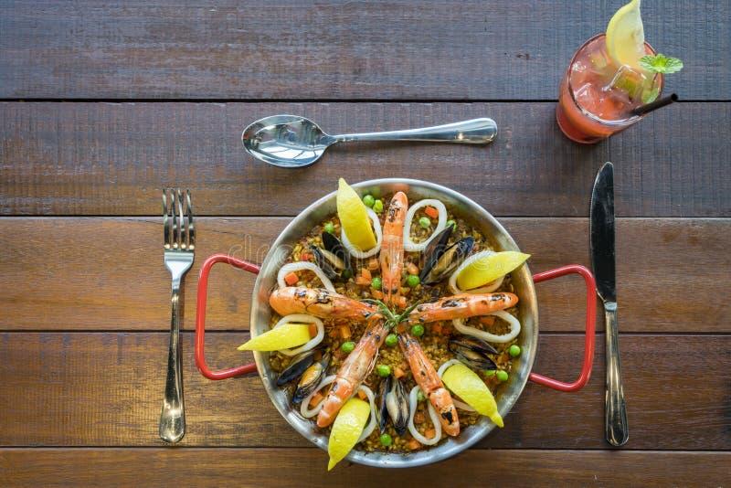 Paella mit Meeresfrüchtegemüse und -safran diente im traditi lizenzfreie stockfotos