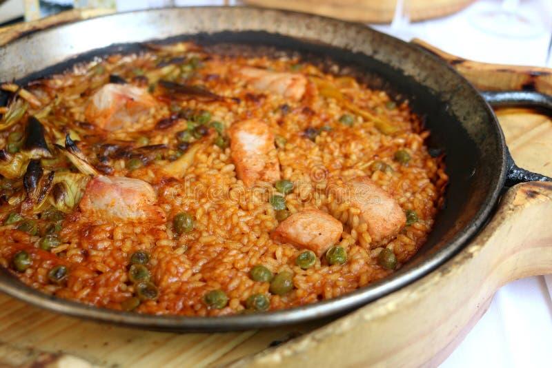 Paella mit Thunfisch lizenzfreies stockbild