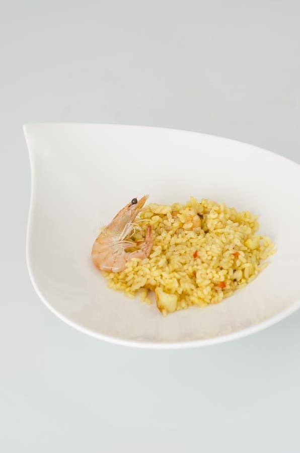 Paella, plato español típico en el fondo blanco imágenes de archivo libres de regalías
