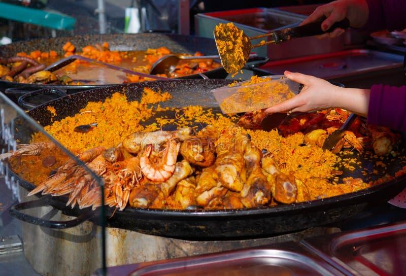 Paella que está sendo servido de uma grande bandeja em um mercado dos fazendeiros foto de stock royalty free