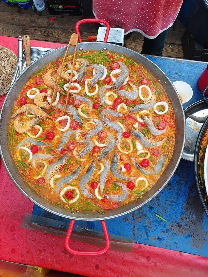 Paella spagnola dei frutti di mare di Tradiitonal con nella pentola fotografie stock