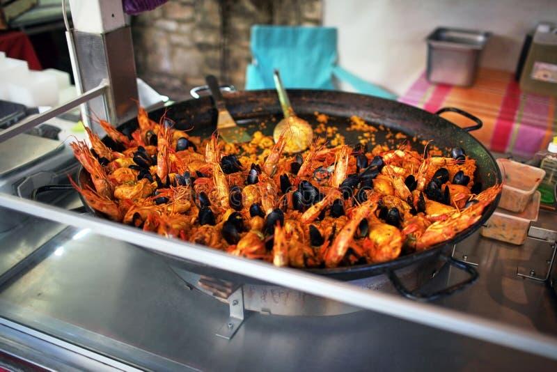paella Straatvoedsel zeevruchtenschotel: mosselen en garnalen stock fotografie