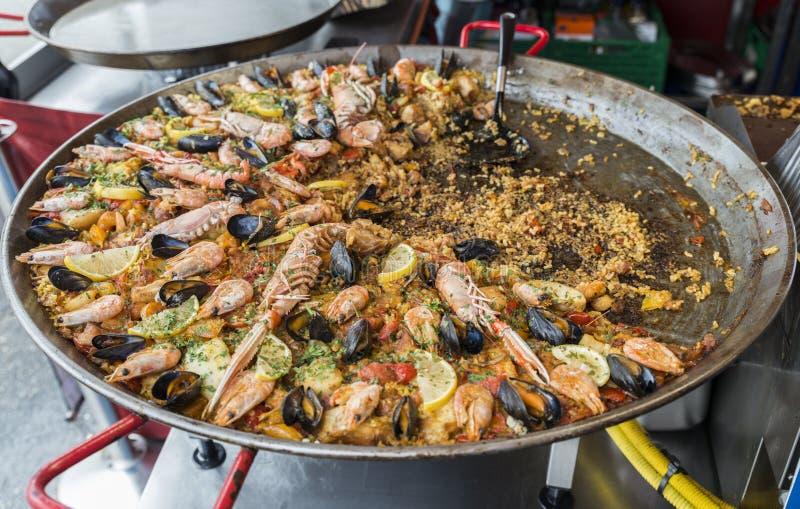 Paella sur la poissonnerie à Bergen photographie stock libre de droits
