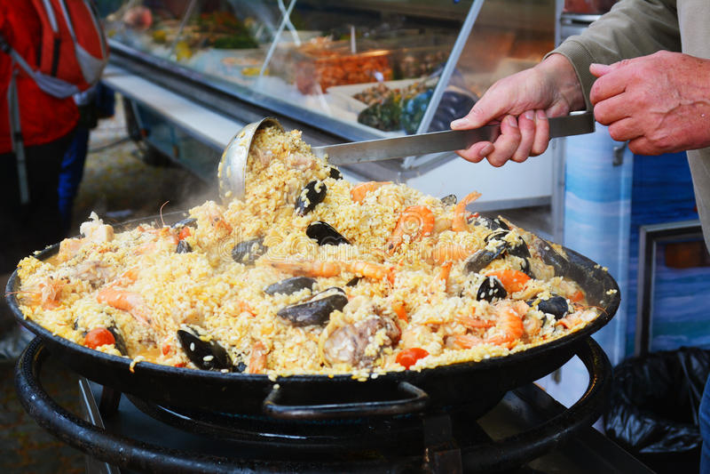 Paella sur le festival de nourriture de rue photographie stock libre de droits