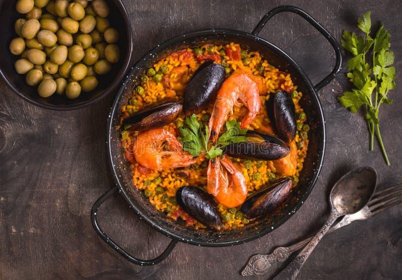 Paella sur une table image libre de droits