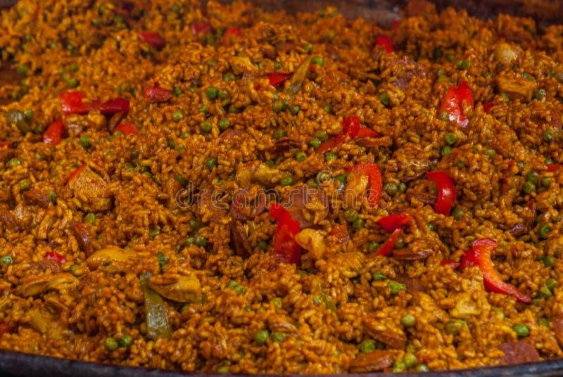 Paella tradicional com a galinha, o chouriço da salsicha e os vegetais servidos no paellera fotos de stock royalty free