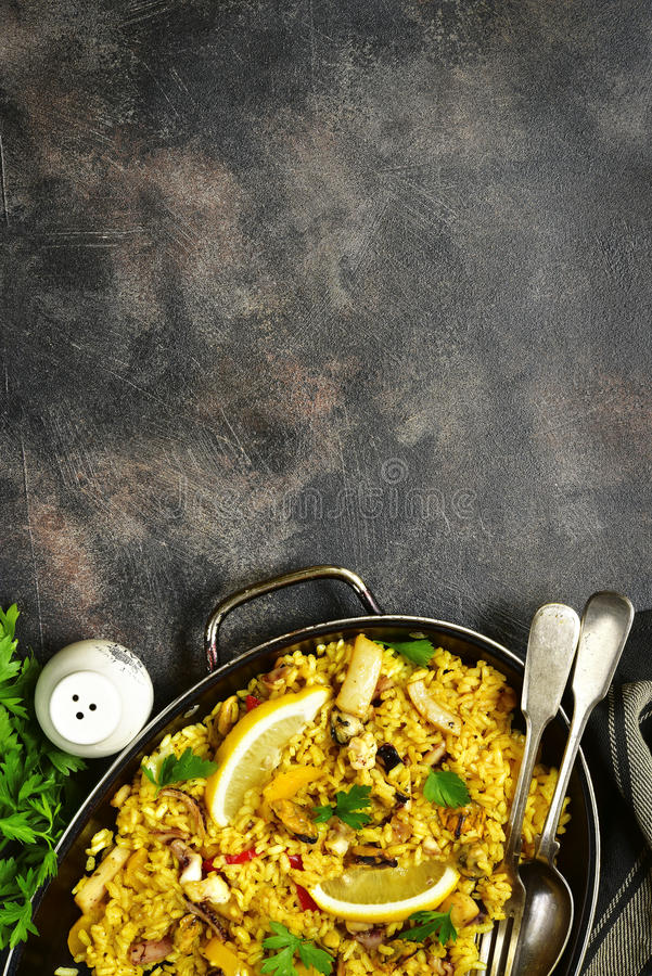 Paella valencian espagnole traditionnelle de plat - cuisez avec du riz et photo stock