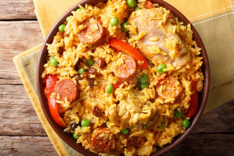Paella Valenciana avec de la viande, le chorizo de saucisse, les légumes et le spi photos libres de droits