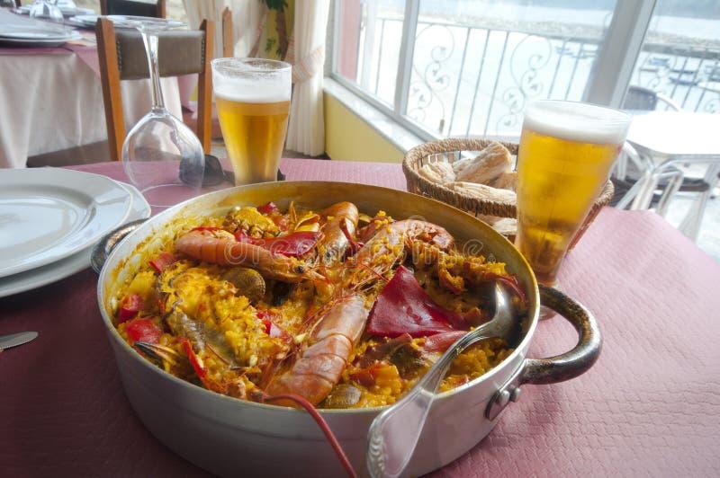 Paella w Hiszpańskiej restauraci obraz stock