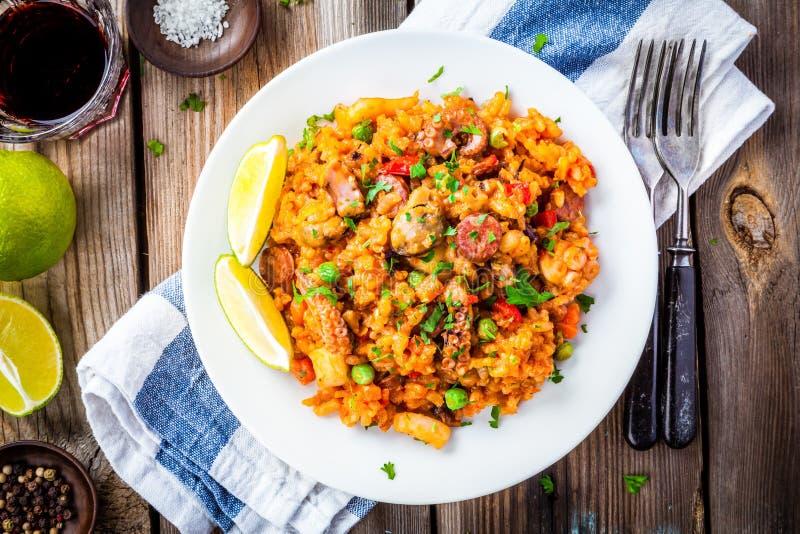 Paella z owoce morza i chorizo kiełbasami zdjęcia stock