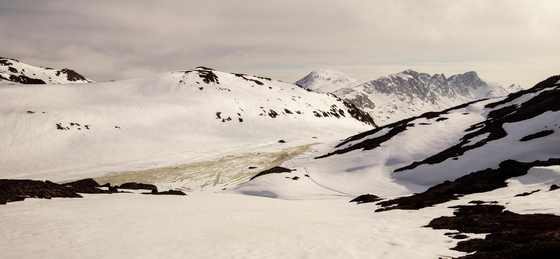 Paesaggi bianchi di inverno di Snowy sull'itinerario di trekking della traccia del Circolo polare artico fra Kangerlussuaq e Sisi fotografie stock