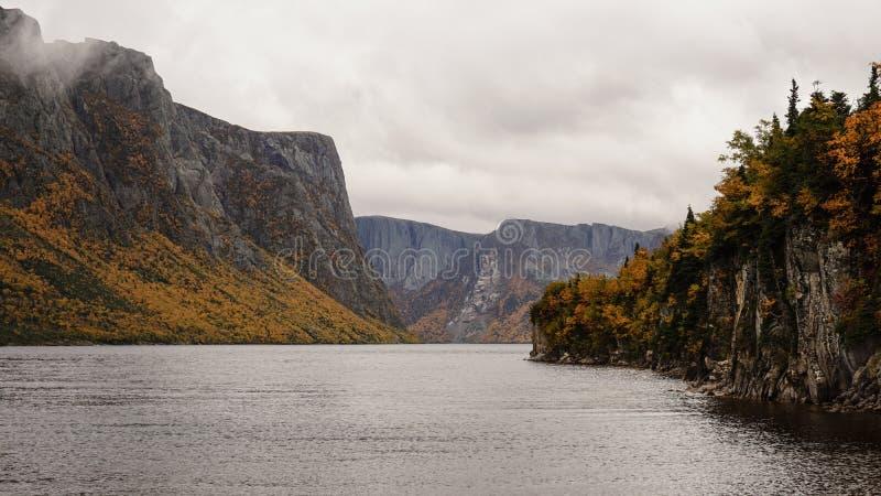 Paesaggi del lago e della montagna allo stagno occidentale del ruscello a Gros Morne National Park in Terranova, Canada fotografie stock