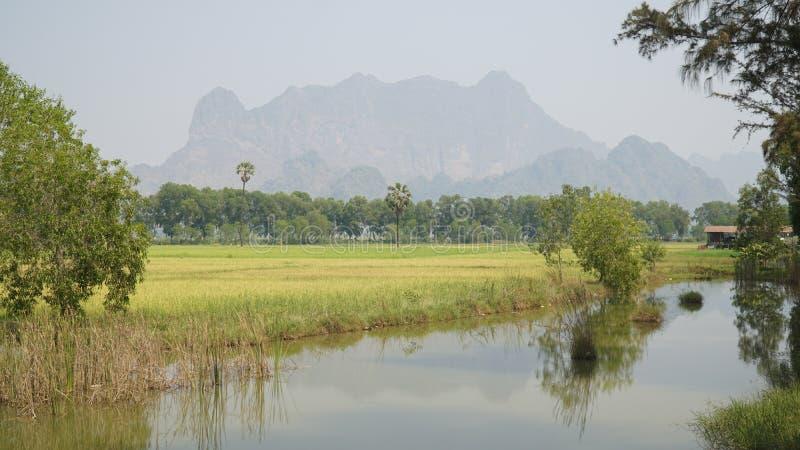 Paesaggi della montagna e di Kan Thar Yar Lake in Hpa-An, Myanmar/Birmania immagine stock