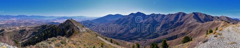Paesaggi delle Montagne Rocciose di Wasatch Front Rocky della catena Oquirrh che guardano allo Utah Lake durante l'autunno Panora immagini stock