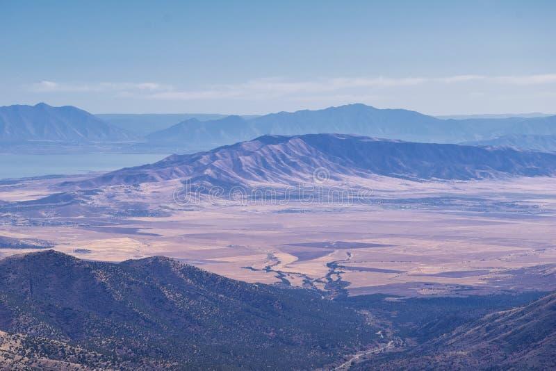 Paesaggi delle Montagne Rocciose di Wasatch Front Rocky della catena Oquirrh che guardano allo Utah Lake durante l'autunno Panora immagine stock libera da diritti