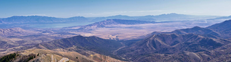 Paesaggi delle Montagne Rocciose di Wasatch Front Rocky della catena Oquirrh che guardano allo Utah Lake durante l'autunno Panora fotografia stock