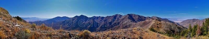 Paesaggi delle Montagne Rocciose di Wasatch Front Rocky della catena Oquirrh che guardano allo Utah Lake durante l'autunno Panora fotografie stock libere da diritti