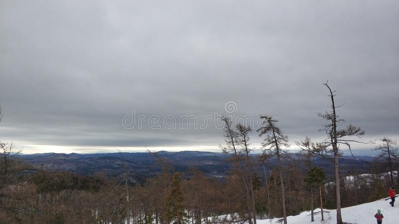 Paesaggi di inverno in montagna nuvolosa Sugomak di giorno di Urals fotografie stock libere da diritti