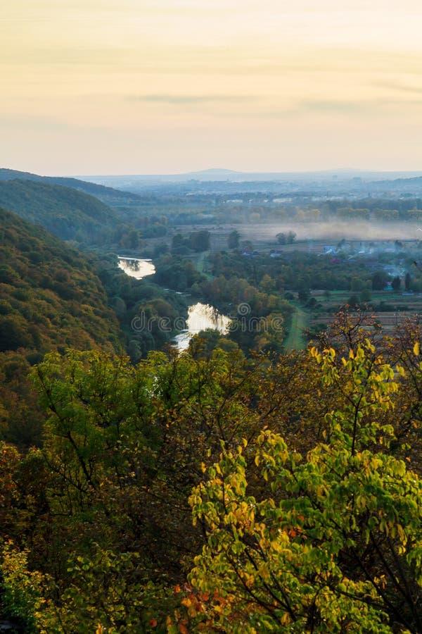 Paesaggi naturali delle montagne carpatiche di autunno for Foto paesaggi naturali gratis