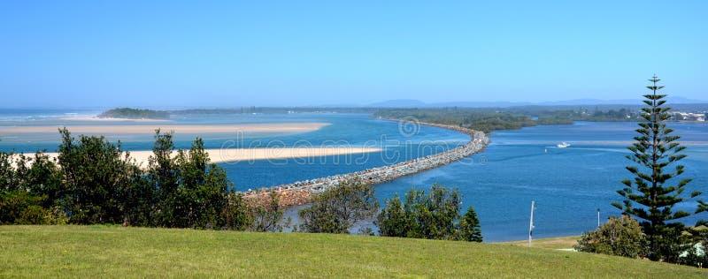 Paesaggi orizzontali di uomo del fiume con il frangiflutti for Sabbia di fiume