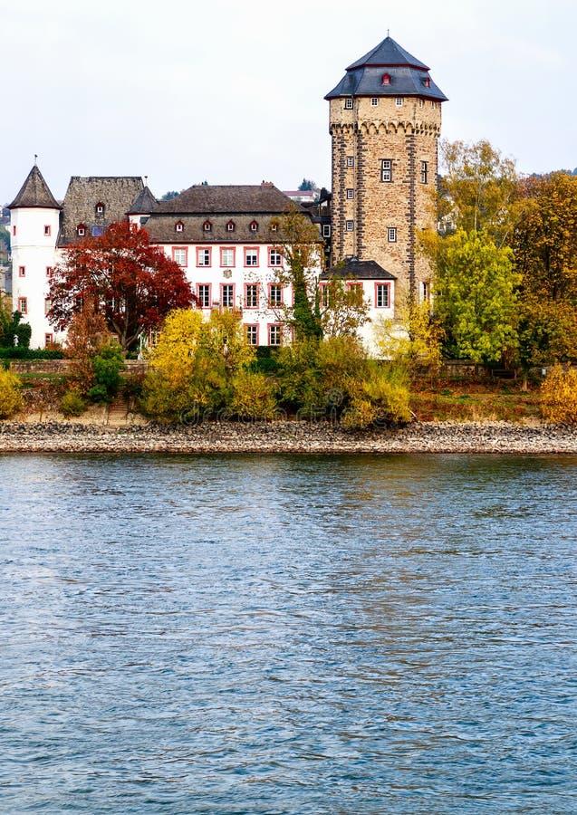 Paesaggi pittoreschi sulle banche del fiume-Oberlahnstein del Reno vicino a Coblenza, Germania immagini stock