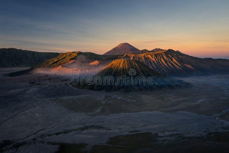 Paesaggio ad alba, East Java, I della montagna del vulcano attivo di Bromo immagine stock libera da diritti
