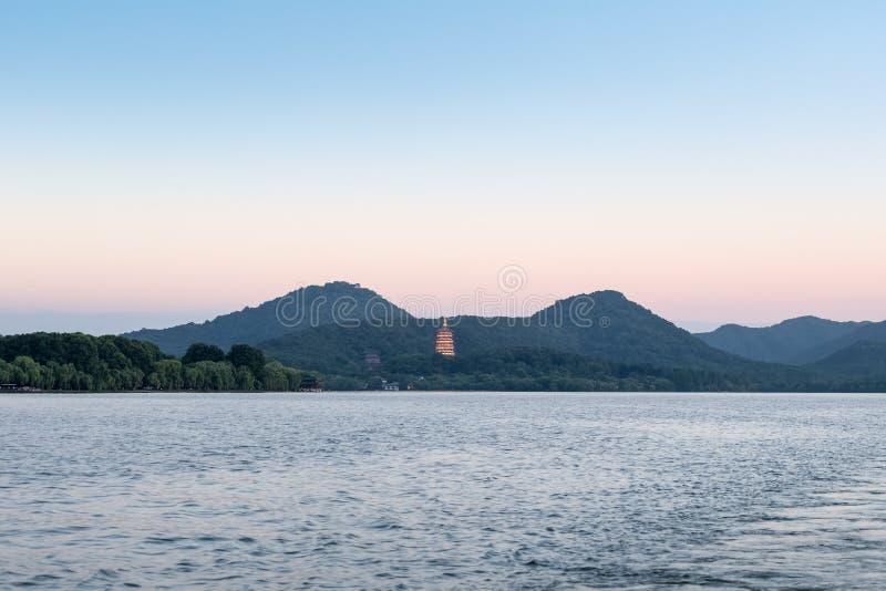 Paesaggio ad ovest del lago hangzhou nel crepuscolo fotografia stock