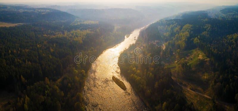 Paesaggio aereo del fiume alla luce di mattina fotografie stock libere da diritti