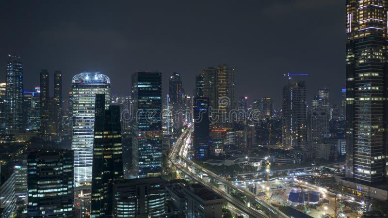 Paesaggio aereo dell'orizzonte di Jakarta alla notte fotografia stock