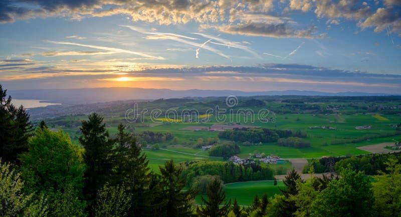 Paesaggio aereo della campagna vicino al lago geneva ad ora legale fotografia stock