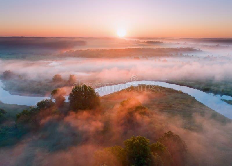 Paesaggio aereo di estate Alba sopra nebbia ed il fiume fotografia stock libera da diritti