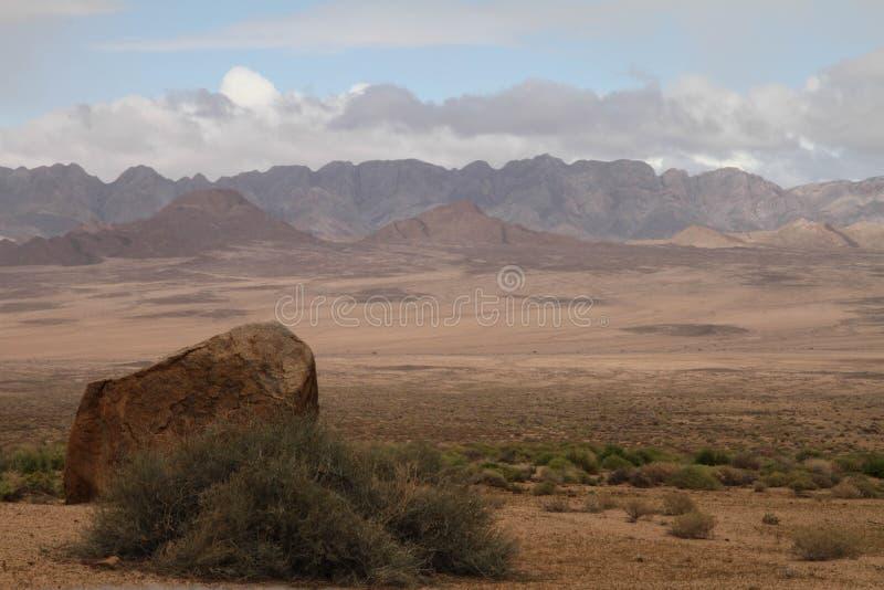 Paesaggio africano con formazione rocciosa e le montagne immagine stock libera da diritti