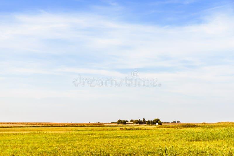 Paesaggio agricolo Cielo blu, prato, campo del raccolto e fattoria fotografia stock