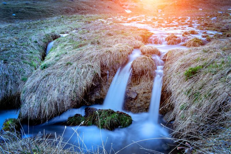 Paesaggio al tramonto, Pirenei della cascata della torrente montano immagini stock libere da diritti