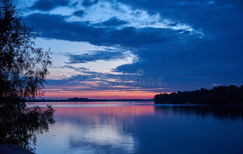 paesaggio Alba sopra il vasto fiume immagine stock