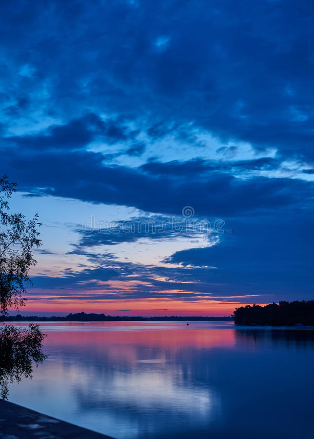 paesaggio Alba sopra il vasto fiume fotografia stock libera da diritti