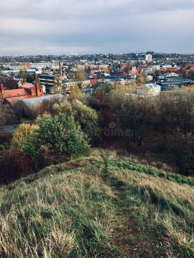 Paesaggio alla città dalla collina delle fortificazioni fotografia stock