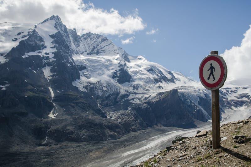 Paesaggio alpino con il picco di Grossglockner ed il ghiacciaio di Pasterzee fotografia stock libera da diritti