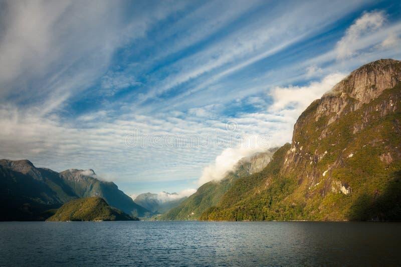 Paesaggio alpino spettacolare nel lago Manapouri fotografie stock