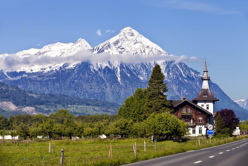 Paesaggio alpino svizzera di estate con i picchi della for Case mediterranee della california