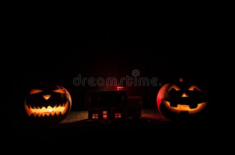 Paesaggio apocalittico di Halloween con la vecchia zucca della casa Zombie di orrore vicino alla casa abbandonata Halloween fotografia stock